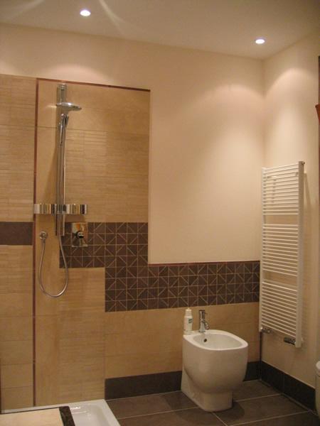 Vasche bagno marrone idee creative di interni e mobili for Arredo bagno marrone