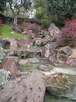 Giardino giapponese con ruscello