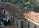 Onano (vt). Geometria delle falde dei tetti lungo una strada del borgo.